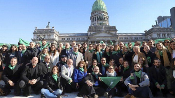 Proaborto. Funcionarios y dirigentes macristas posaron ayer para apoyar el aborto frente al Congreso.