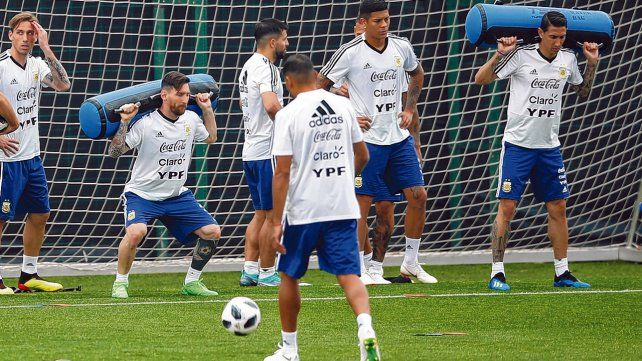 Potencia de piernas. Leo Messi y Angel Di María realizan un ejercicio de fuerza en el entrenamiento.