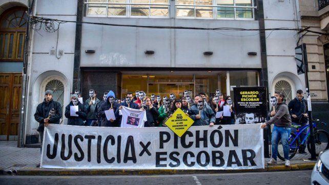 Familiares y amigos de Pichón Escobar, esta mañana frente a la Fiscalía Federal.