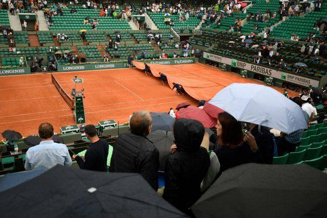 La lluvia volvió a precipitarse en el estadio Philipe Chatrier.