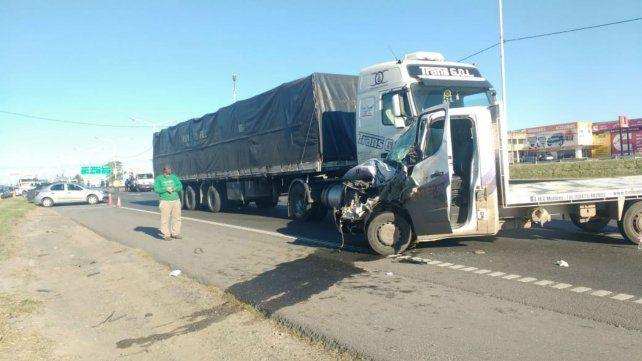 Tras impactar contra el caballo, el utilitario fue embestido por un camión.