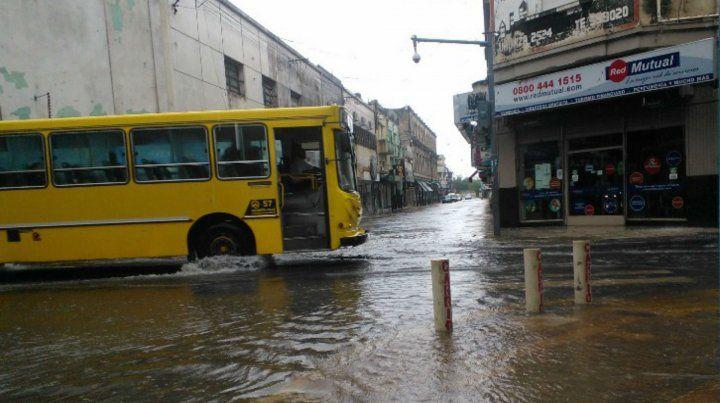 Los colectivos deberán parar en todas las esquinas los días de lluvia.
