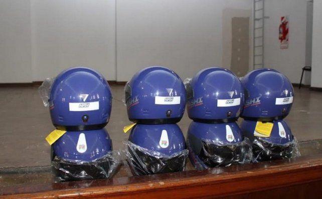 Los cascos que le entregarán a los conductores primerizos de motos.