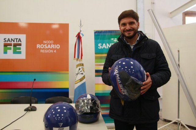 El ministro de Seguridad de Santa Fe con los cascos que les entregarán a los jóvenes.
