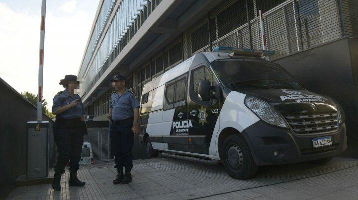 Policías custodian el nuevo Centro de Justicia Penal.