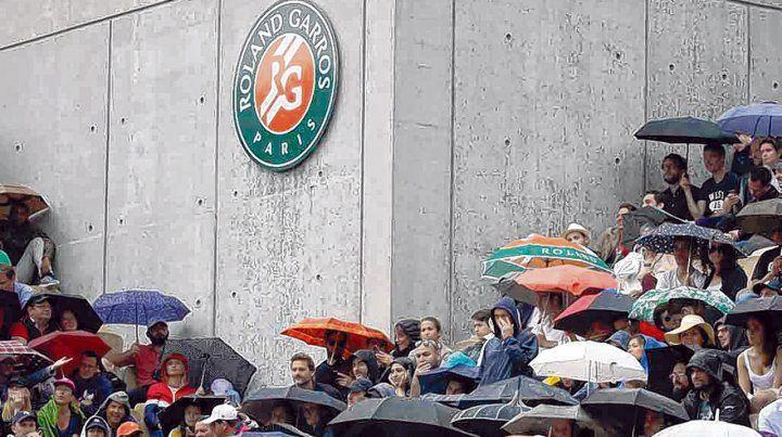 Bajo agua. Las plateas del estadio parisino se llenaron de paraguas para ver el interrumpido duelo entre Schwartzman y Nadal.