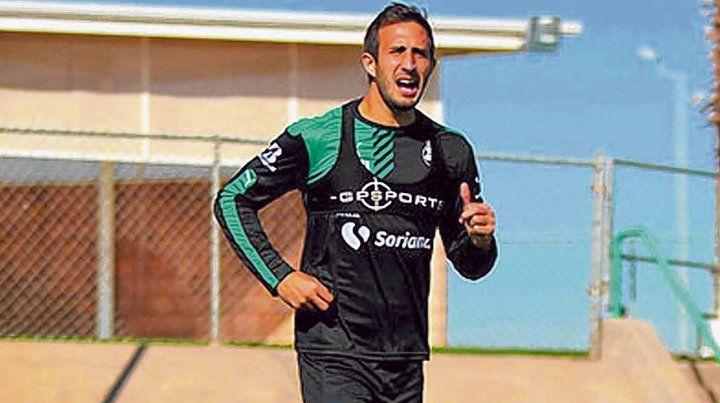 Esperando la charla. El rionegrino sigue entrenando con el equipo mexicano a la espera de novedades de su posible pase a Boca.