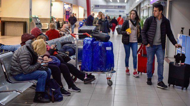 Más de un centenar de pasajeros quedaron varados varias horas en el aeropuerto