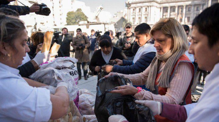 Panazo: regalaron en protesta 5 mil kilos de pan