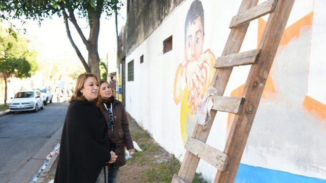 Fein recorrió los murales en el barrio de Messi