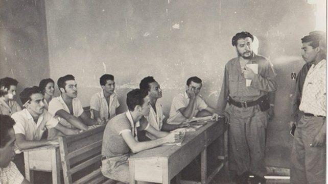 El Che compartiendo una clase con trabajadores.