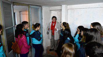 Un grupo de estudiantes secundarios recorre el ex Servicio de Informaciones.