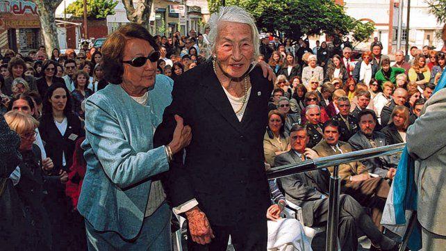 Leticia Cossettini, en septiembre de 2001, ingresando a la flamante sede el Instituto Superior Nº 28.