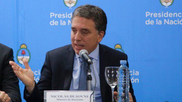 Dujovne afirmó que el acuerdo prevé eventuales relajamientos en la meta de déficit para aplicar una porción del gasto a programas sociales.
