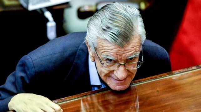 José Luis Gioja se sostiene en un escenario dividido por el peronismo K y el no kirchnerista.