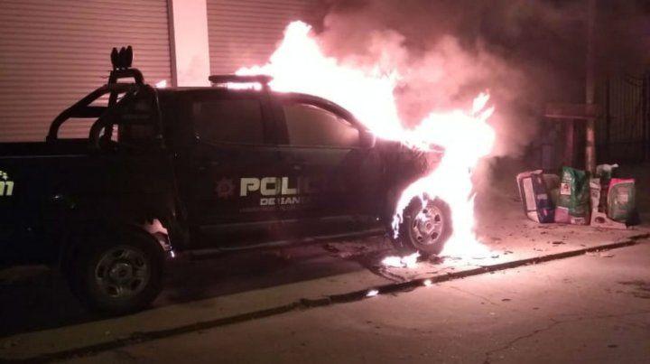 La camioneta arde a metros de la comisaría de Baigorria.