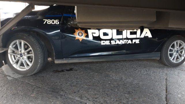 Desde abajo. El camión y el móvil policial colisionaron esta tarde y hubo demoras de tránsito.