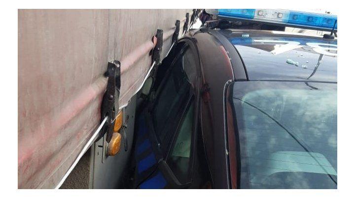 El impacto. Así quedó el móvil policial tras chocar contra un camión en zona noroeste.