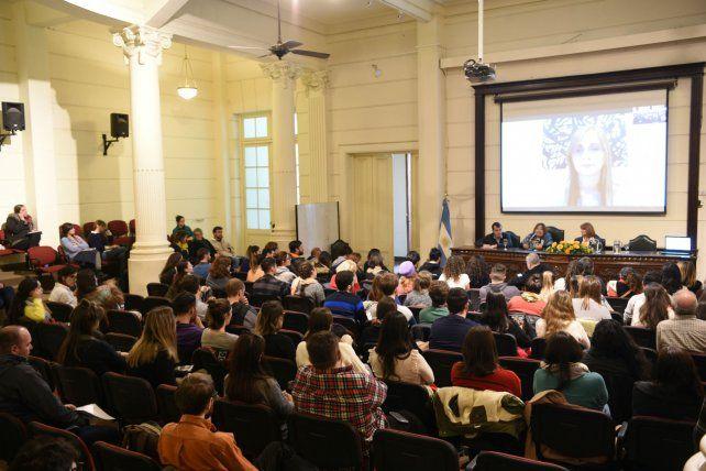 El auditorio Ernesto Che Guevara de la Facultad de Medicina estuvo ayer colmado de asistentes que siguieron el debate con atención.