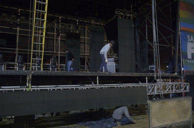 A punto. Operarios trabajaban ayer en los últimos detalles de la instalación de la pantalla gigante.