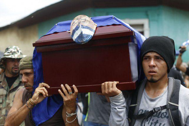 víctimas. El sepelio de uno de los muchos caídos bajo el fuego de los policías y parapoliciales sandinistas.