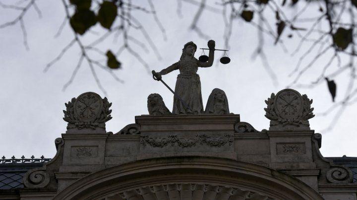 Tres hombres con armas de fuego asaltaron anoche la Facultad de Derecho