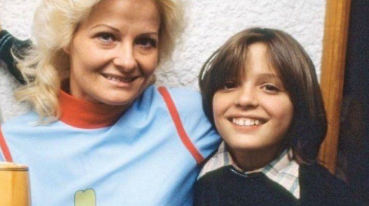 El pequeño Luis junto a su mamá