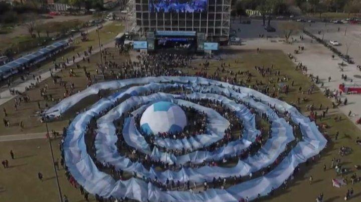 Rosario mostró la escarapela más grande del mundo y presentó la pantalla gigante del Museo del Deporte