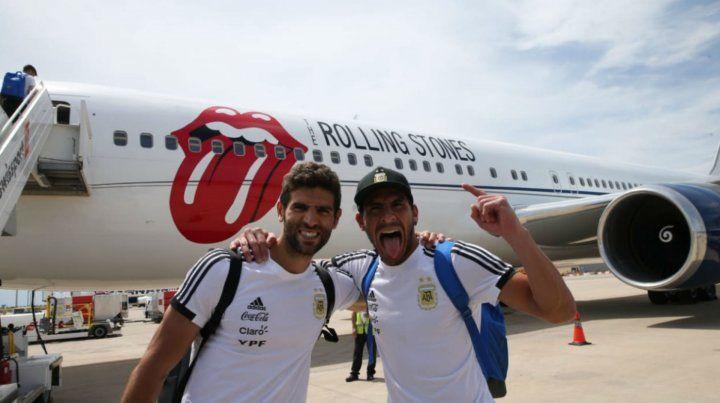 Federico Fazio y el Patón Guzmán posan frente al avión que los llevó a Moscú.