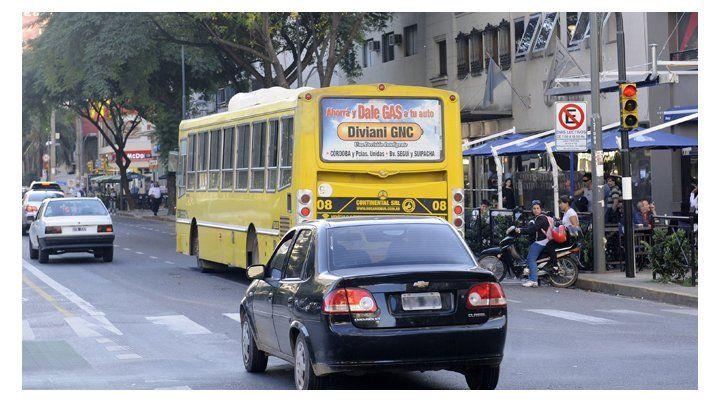 Un conductor cruza un semáforo en rojo en avenida Pellegrini y España.