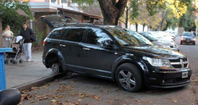 Desvalijada. Una camioneta sin una rueda tras el paso de delincuentes.
