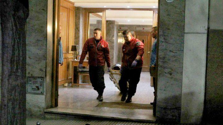 El final. Los peritos forenses retiran el cuerpo de Aquiles Gorini.