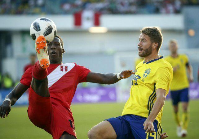 Paridad I. Luis Advíncula intenta dominar el balón ante la marca de Marcus Rohden.