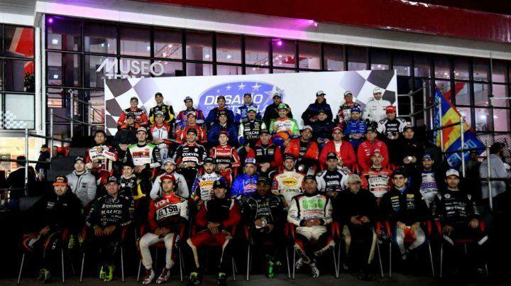 Los 45 pilotos del TC luego del show del sorteo en el autódromo santiagueño.