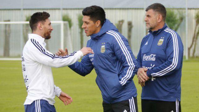 Messi saluda a Enzo Pérez