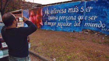 Para el recuerdo. Muchos vecinos recorrieron el barrio sacando fotos a los murales que salían a sus pasos.