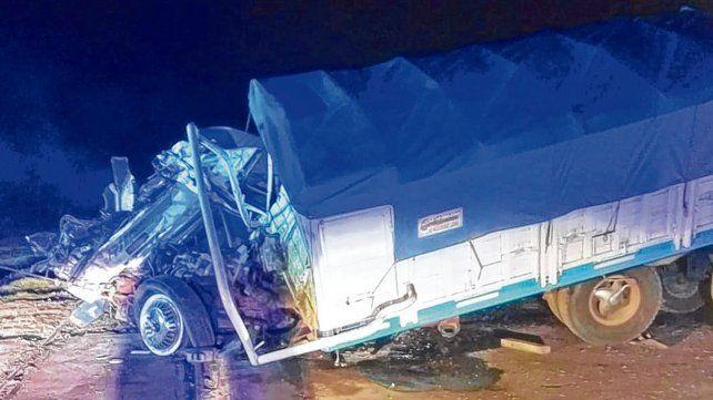 En la ruta 8. El camión chocó contra un tren cerca del Chapuy. El conductor murió horas después en el hospital.