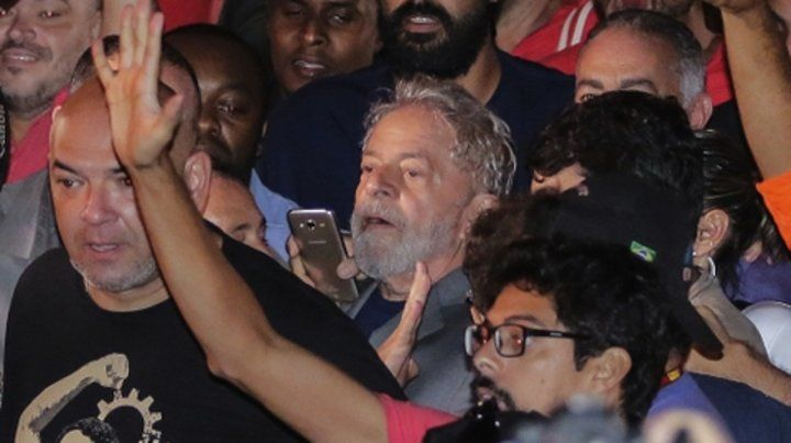 Ultimo día. Lula se dirige hacia la prisión luego de encabezar un multitudinario acto el pasado 7 de abril.