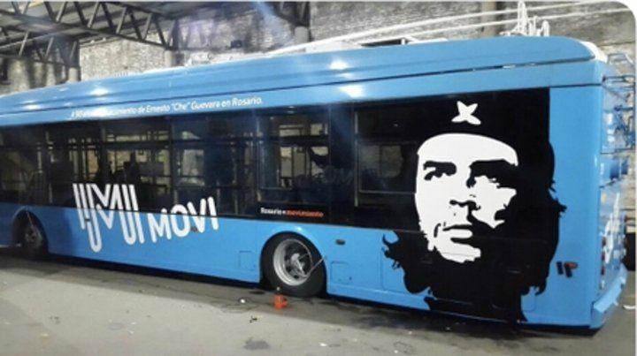 Un revolucionario sobre ruedas. El ploteo de Guevara se hizo acorde a la normativa vigente.