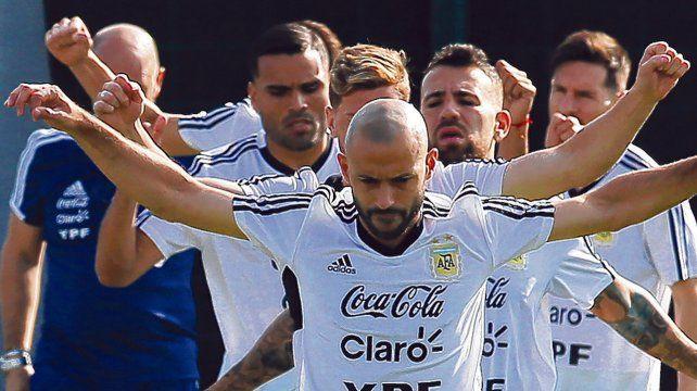 Líder. Javier Mascherano marca el camino en un entrenamiento. El Jefecito jugó la final ante Alemania y repetiría frente a Islandia.