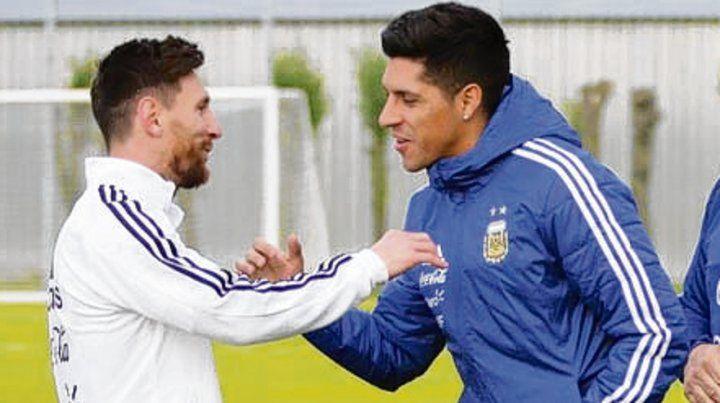 Saludo. Messi recibe a Enzo Pérez