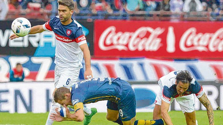 Rivales. Matías Caruzzo se impone en el duelo con Marco Ruben. Bauza fue en busca del zaguero por su experiencia.