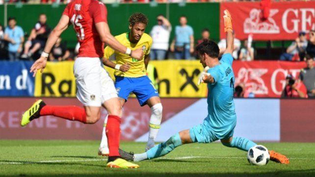 Definió así. Neymar ya gambeteó y cuando el arquero lo atoró se la tiró de caño.