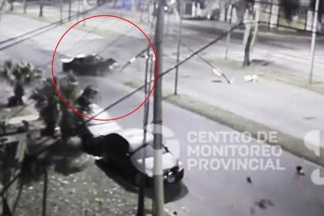 El momento del impactante choque del vehículo contra un semáforo.