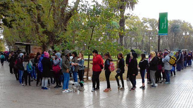 Militancia. Una larga cola para comprar pañuelos verdes en plaza San Martín.
