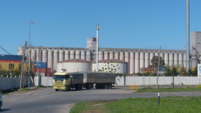 Por aire y por agua. Los vecinos denunciaron polución por parte de una planta cerealera.