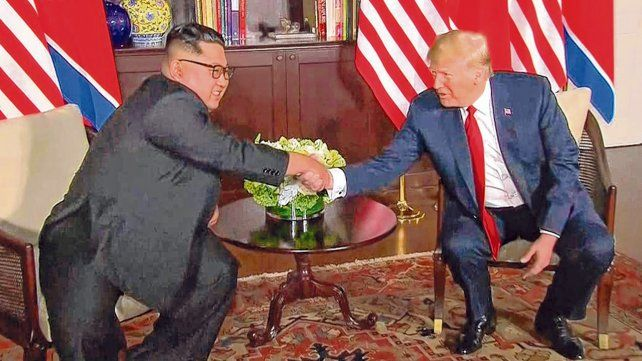 Histórico. Kim y Trump estrechan sus manos en el inicio de la maratónica cumbre de Singapur.