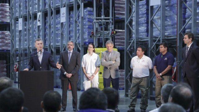 El jefe del Estado repasó el acuerdo con el FMI durante un acto en la planta de Luchetti.