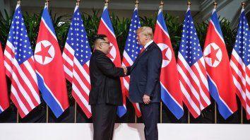 Nuevos tiempos. Antes de las conversaciones privadas, Trump y Kim se prestaron a la histórica foto.