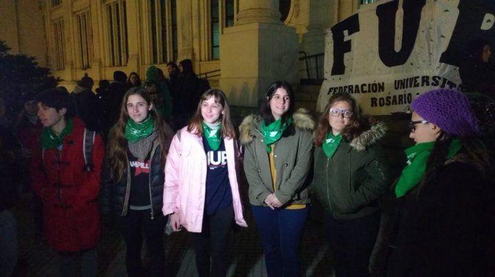 Alumnos universitarios tomaron la Facultad de Medicina para manifestarse por el aborto